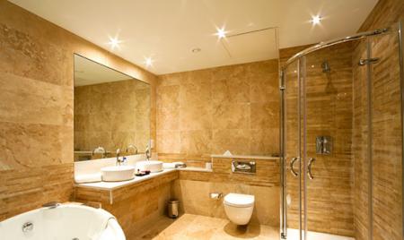 obustrojstvo_potolka_v_vannoj_naibolee_podhodyashee_reshenie Обустройство потолка в ванной: наиболее подходящее решение