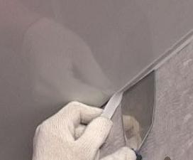ustanavlivaem_maskirovochnuyu_lentu_dlya_natyazhnogo_potolka Устанавливаем маскировочную ленту для натяжного потолка