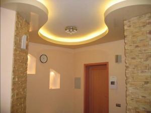 Двухуровневые потолки в зале
