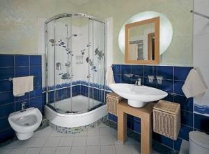 Элегантная душевая кабина в ванной
