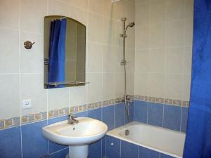 Голубой кафель в ванной