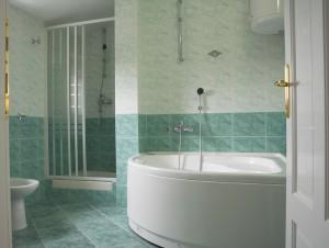 Ремонт ванной плиткой под мрамор