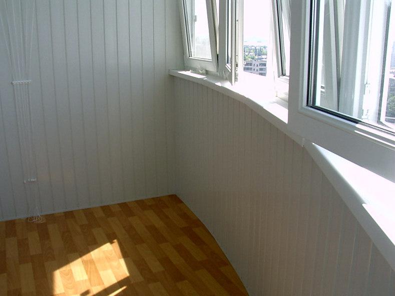 Обшивка балкона внутри сайдингом