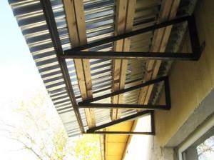 Пример оформления козырька над балконом
