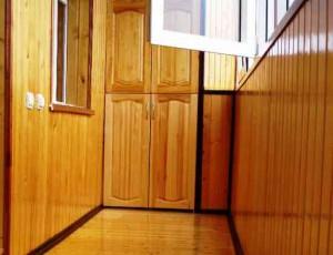 Обшивка балкона вагонкой покрытая лаком