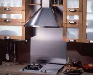 Купольная вытяжка встроена в кухонную мебель