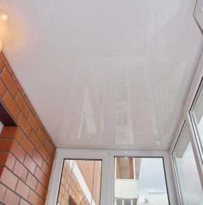 Глянцевые натяжные потолки на балконе фото