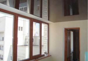 Зеркальные натяжные потолки на балконе фото