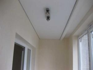 Вид натяжных потолков на балконе фото