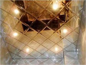 Пример зеркального натяжного потолка на балконе фото