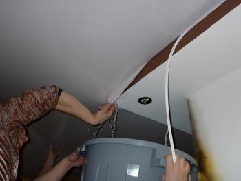 19-1 Как правильно избавиться от воды в натяжном потолке?