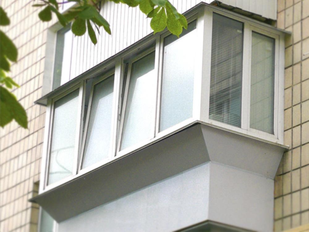 Особенности выполнения застекления балкона с выносом Необходимость остекления может возникнуть по целому ряду причин. Однако наиболее распространенных среди них является необходимость увеличить площадь квартиры, чтобы продлить комнату, к которой примыкает балкон, или создать отдельную зону, выполняющую роль полезного пространства. Основная задача при этом состоит в том, чтобы качественно защитить комнату от негативных воздействий окружающей среды. В частности, шума и механических загрязнений, а также прямых солнечных лучей, осадков, ветра и т.д. Кроме того, такой подход позволяет провести все необходимые коммуникации, в частности, оборудовать систему осветительных приборов и розеток, чтобы «новое» пространство получилось не только стильным, но и достаточно функциональным. Ключевые виды и характеристики выноса балкона Согласно действующим на сегодняшний день правилам, вынос балкона может быть осуществлен на расстояние до 30 сантиметров. Именно такими границами обозначена безопасная зона, которую можно оборудовать практически на любом балконе. Для выноса, как правило, применяется специальный металлический каркас, который монтируется непосредственно в стену и обеспечивает возможность изменения размеров площади. Чтобы эта задача была выполнена правильно и не повредила несущие стены дома, предварительно проводится целый ряд расчетов, позволяющий внимательно оценить все возможные риски и отыскать именно то решение, которое станет оптимальным и с точки зрения безопасности, и с точки зрения получения гармоничного функционального пространства. В перечень основных услуг по выносу балкона и его застеклению относят следующие задачи: Так называемый фронтальный вынос, который обеспечит увеличение одной из сторон площади с целью ее последующей коррекции и выполнения утеплительных работ. Вынос по периметру, подразумевающий увеличение нескольких сторон и позволяющий наиболее эффективно добиться увеличения площади. Вынос вдоль подоконника, выбор на который обычно приходится при необх