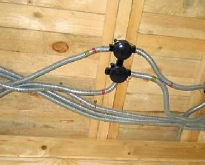 kak_ne_nuzhno_delat_provodku_v_derevyannom_dome Как не нужно делать проводку в деревянном доме