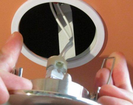 kak_ustanovit_samostoyatelno_svetilniki_v_natyazhnoj_potolok Как установить самостоятельно светильники в натяжной потолок?