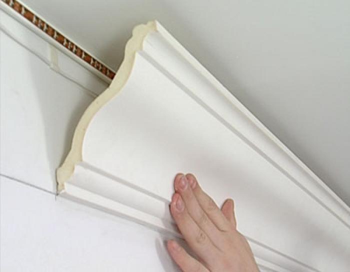 000112-300x195 Как правильно клеить потолочные плинтуса