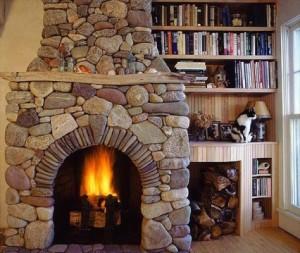-с-камином-из-речной-гальки-300x253 Гостиная с камином – уют и тепло в кругу семьи и друзей