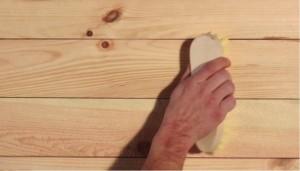 akrilovaja-masljanaja-kraska-krasit-derevo-1-300x223 Выбираем краски для стен из дерева
