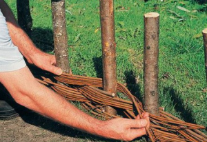 kak-sdelat-zabor-iz-prutev-svoimi-rukami3-300x206 Забор из прутьев своими руками