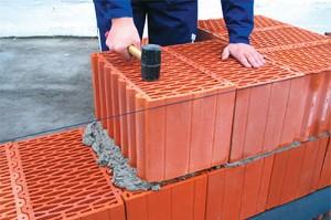 ispolzuya-bolshie-bloki-vy-sekonomite-na-rastvore-tak-kak-mezhdu-300x199 Кладка керамических блоков