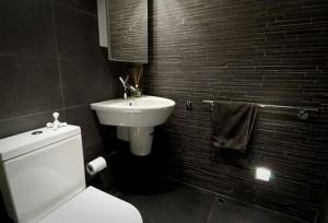 jeffektnaja-74b76otdelka7476-derevjannymi-300x204 Варианты отделки ванной комнаты