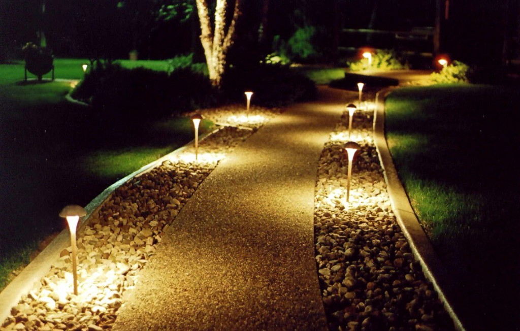 ulichnye-fonari-dlja-zagorodnogo-doma-4-300x165 Классика-лайт и использование современных светильников на улице