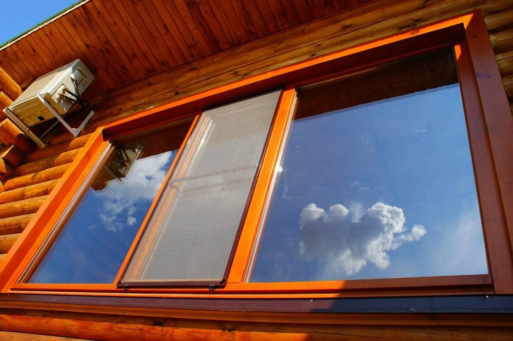 okno-v-derevyannom-dome Окна ПВХ - плюсы и минусы. Обзор от Окна Гут Групп