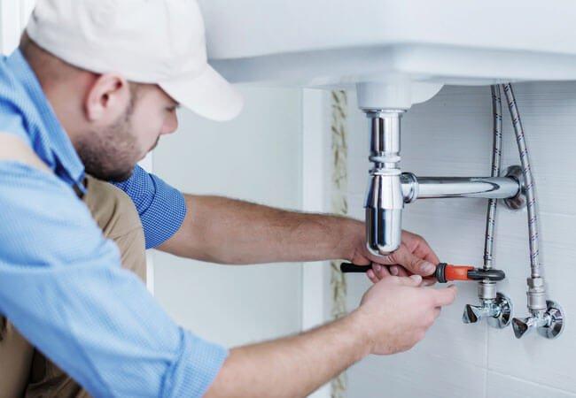 plumber-fixing-a-pipe-in-pretoria Замена труб канализации в квартире. Примерная стоимость новой системы